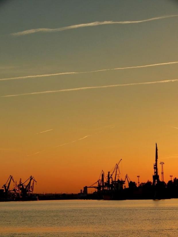 Lecą żurawie ... STOP! Niech no który spróbuje się od ziemi oderwać ! ... Wszystkie żurawie do roboty ! ... a latać sobie mogą samoloty #zachód #sunset #port #żuraw