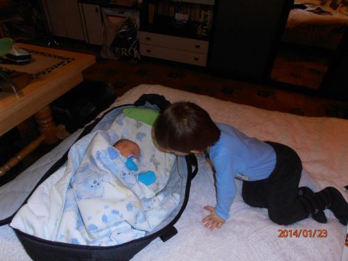 Kubuś zagląda czy Julianek śpi :)