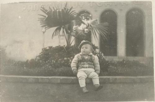 Gniezno 1954 -1955. Klomb przed teatrem.